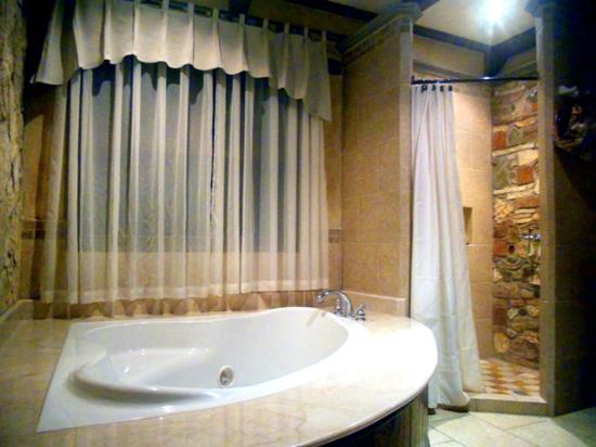 Hotel Marina Copan: bathroom with jacuzzi tun and beautiful shower