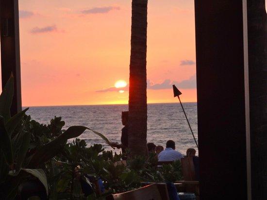 Pahu ia Restaurant: Sunset at the Four Seasons