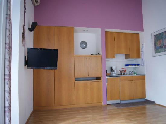 Küchenzeile und Kleiderschrank geschlossen und Fernseher - Bild von ...