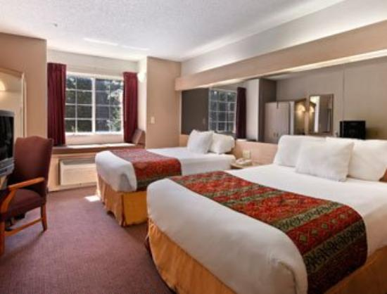 Motel 6 Charlotte: Standard Two Queen Bed Room