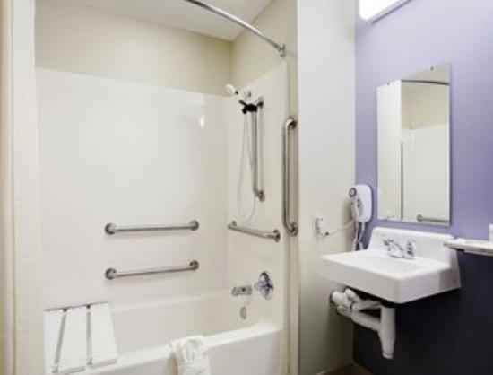 Motel 6 Charlotte: ADA Bathroom