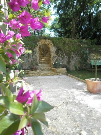 Les Trois Jardins : Bourgonvillia and Arch