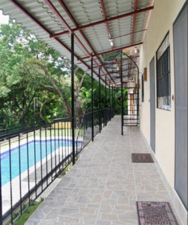 El Porton Verde: Corridor in front of Apartments and Bunk Bed Rooms