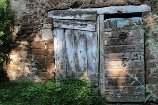 กิอาร์ดิโนดินินฟา โมนูเมนโตเนจูเรล: Ancient door near the starting point of tour