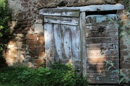 Giardono di Ninfa: Ancient door near the starting point of tour