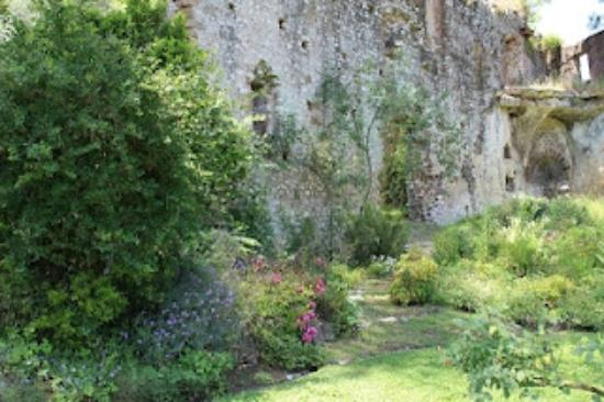 Giardino di Ninfa - Monumento Naturale: Flowers by the ruin