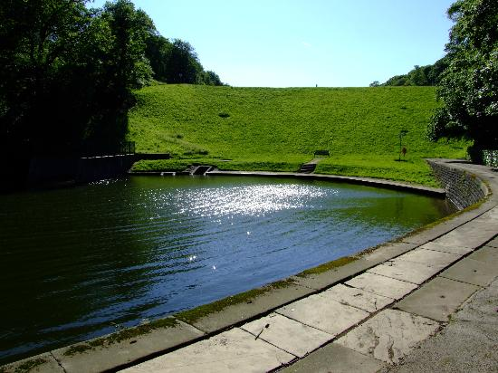 Chellow Dean: Embankment separating the lower and upper reservoirs