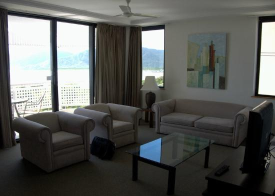 Rydges Esplanade Resort Cairns: Looking through living area to balcony outside