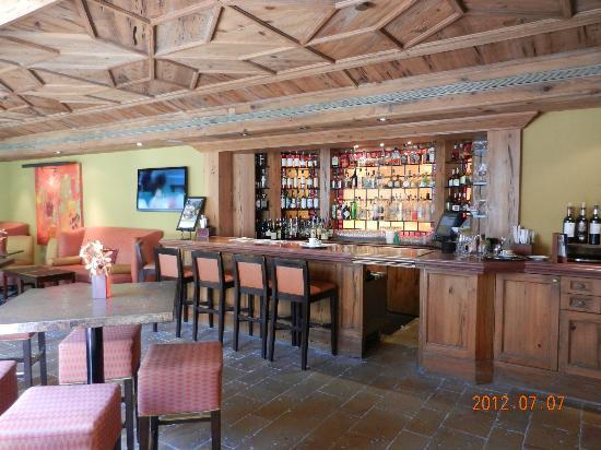 The Brazilian Court Hotel: Bar area
