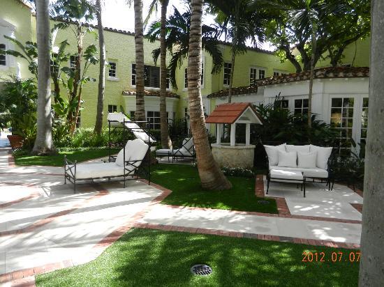 The Brazilian Court Hotel: Court yard