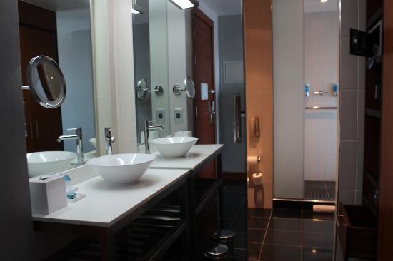 Aloft Abu Dhabi: the washroom/ toilet