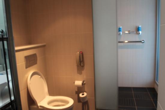 Aloft Abu Dhabi: toilet