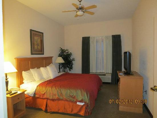 Homewood Suites by Hilton Colorado Springs Airport: King bedroom of 2 bedroom suite