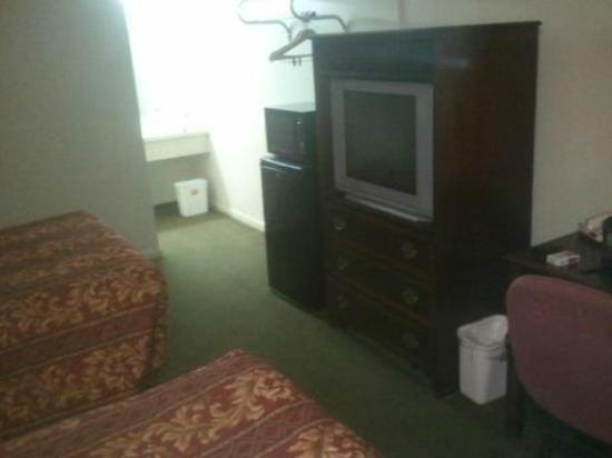 Econo Lodge North : old tvs and small beds