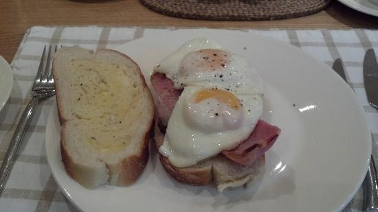 The Old School Bed and Breakfast: Egg and Bacon Sammich