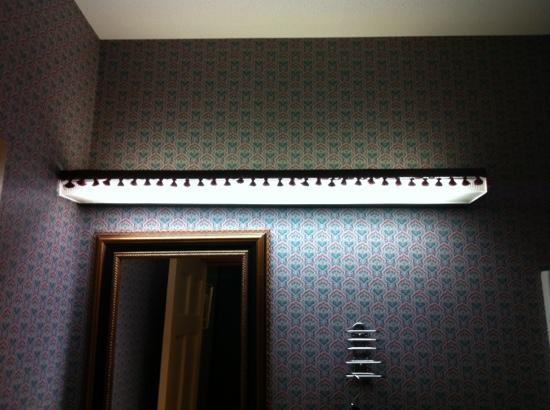 Litchfield, Коннектикут: outdated bathroom - light fixture
