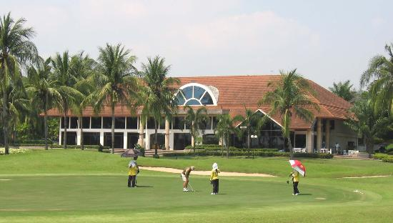 Ban Chang, Tailandia: looking over the 9th green to East Star's superb clubouse