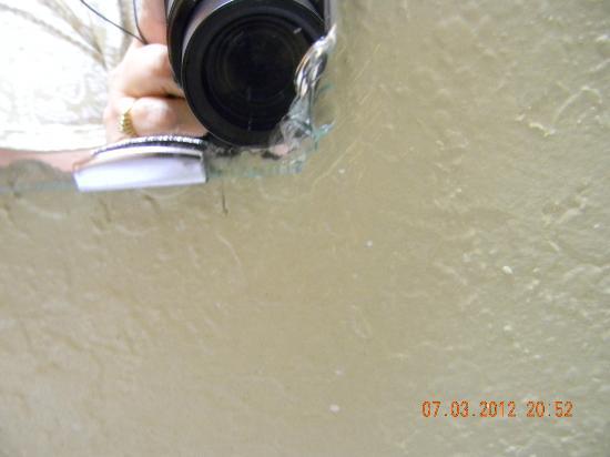 Days Inn Winona : corners of vanity mirror cracked & broken