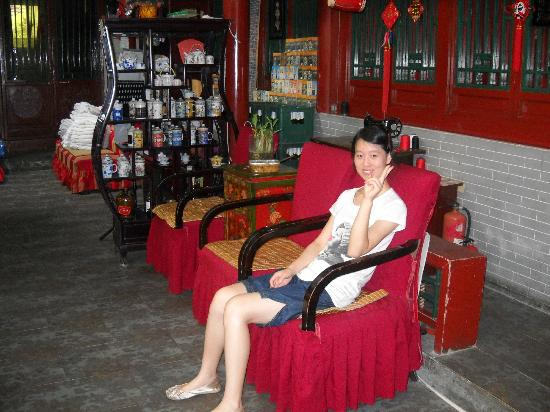 Red Lantern House: Helpful front desk staff at the Main wing