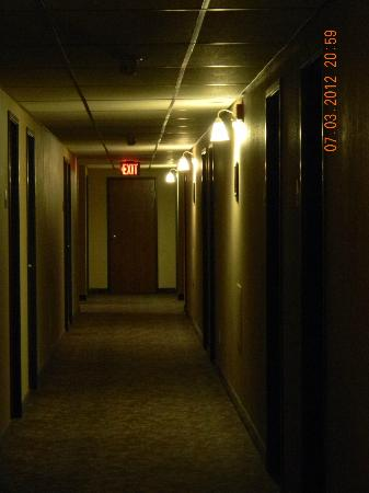 Days Inn Winona : Dim Hallways