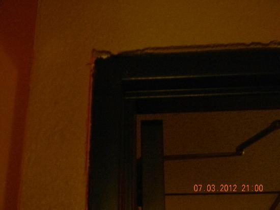 Days Inn Winona : plaster falling off wall around hallway door/opening
