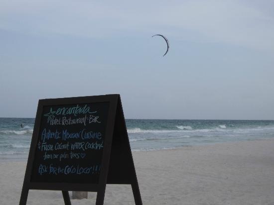 Encantada Tulum: kite surfer passing the beach of Encantada