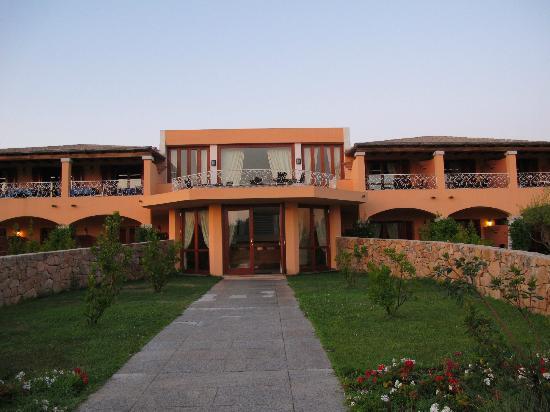 Hotel I Corbezzoli: Hotelkomplex mit Superior Zimmern rechts und Speisesaal mit Terrasse links