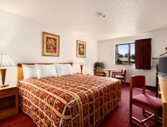Super 8 by Wyndham Waynesburg: Standard King Bed Room