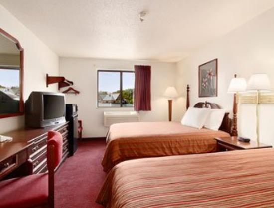 Super 8 by Wyndham Waynesburg: Queen Bed Room with Micro/Fridge