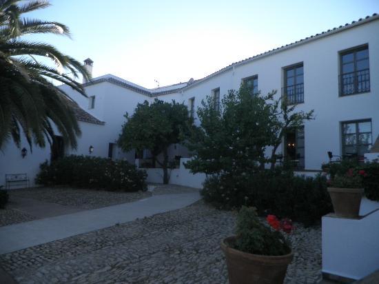 Hotel Molino del Arco: patio next to hotel lounge/ bar