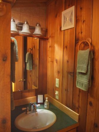 Deep Forest Cabins at Mt. Rainier: Maple Wild: bathroom