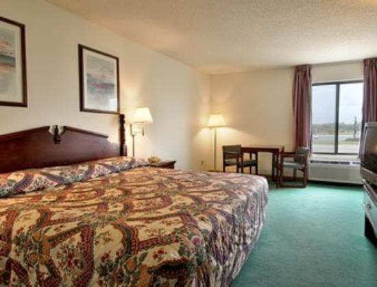 Super 8 Lincoln: Standard King Bed Room