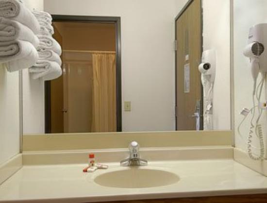 Super 8 Lincoln: Bathroom