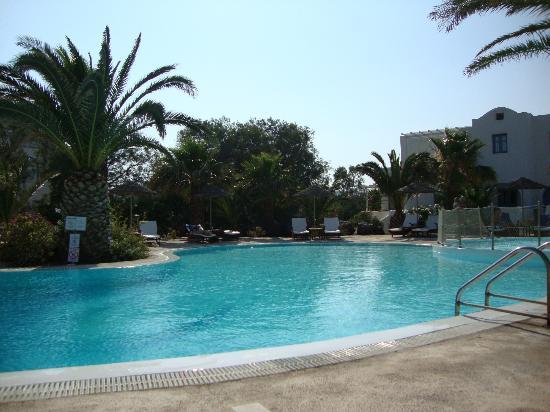 Atlantis Beach Villa: View of reception building and pool rooms