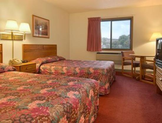 Super 8 Front Royal: Standard Two Double Bed Room