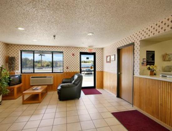 Super 8 by Wyndham Warrenton: Lobby