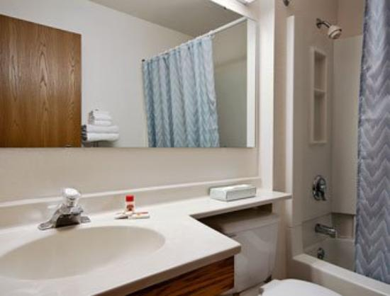 Super 8 by Wyndham Warrenton: Bathroom