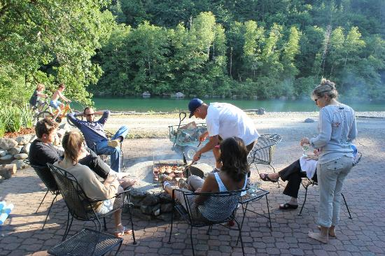 The Chetco River Inn: bbq's out front of the lodge