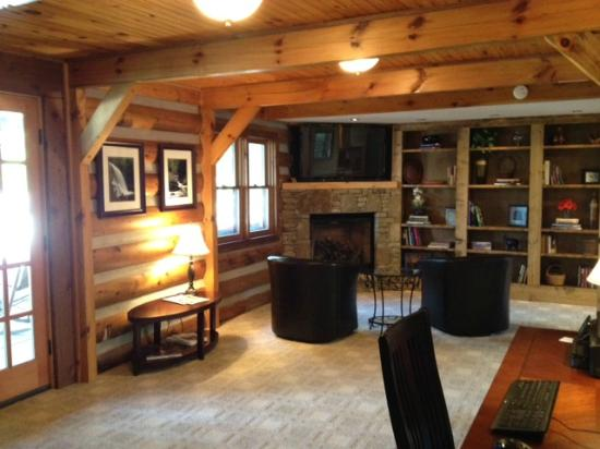 Laurelwood Inn: common area