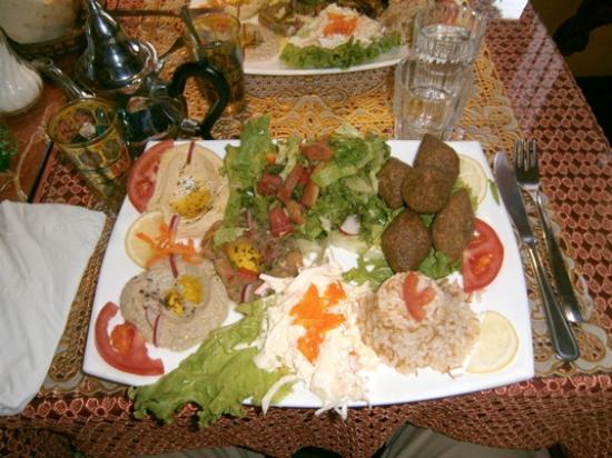 Uno dei poderosi piatti unici: un trionfo di sapori e salsine....