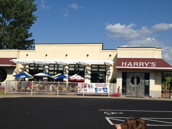 Harry's Cafe: view from parking lot