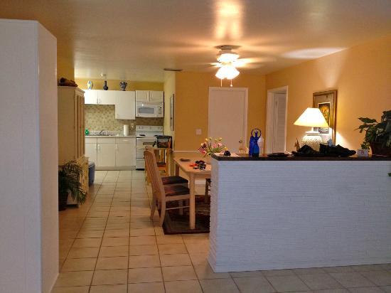 بيتشفيو كوتيدجيز: Kitchen and dinning room. 
