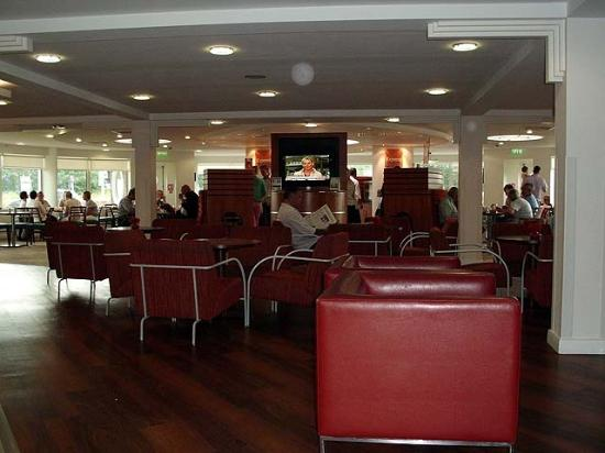 Holiday Inn Express, Ramsgate - Minster: The dining area: low ceiling and broad expanse reminiscent of a ship