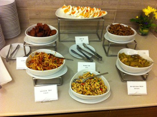 Grande Centre Point Terminal 21: breakfast - congee condiments