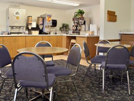Super 8 Mitchell: Breakfast Area