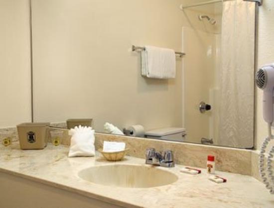 Super 8 Escondido: Bathroom