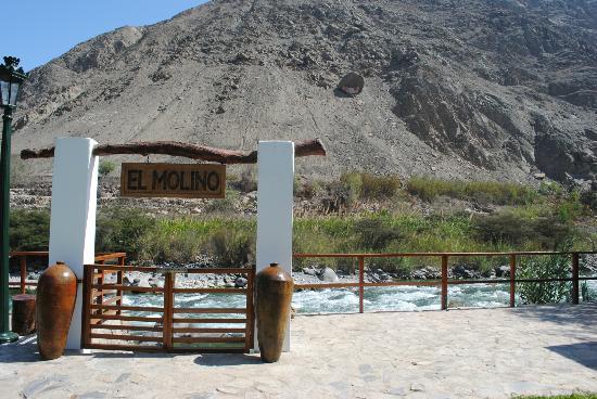 El Molino Hotel & Restaurante: escalones para bajar al rio
