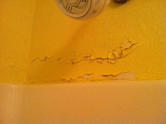 Travelodge Pensacola Beach: Peeling Paint in the Bathroom