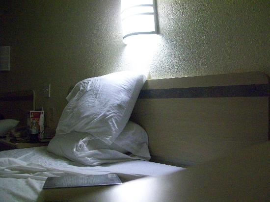 Motel 6 Norfolk: Flourescent type lighting at bed