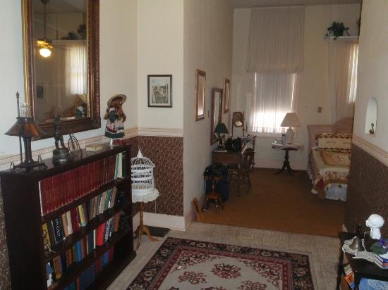 School House Inn Bed & Breakfast: Reading Room entry